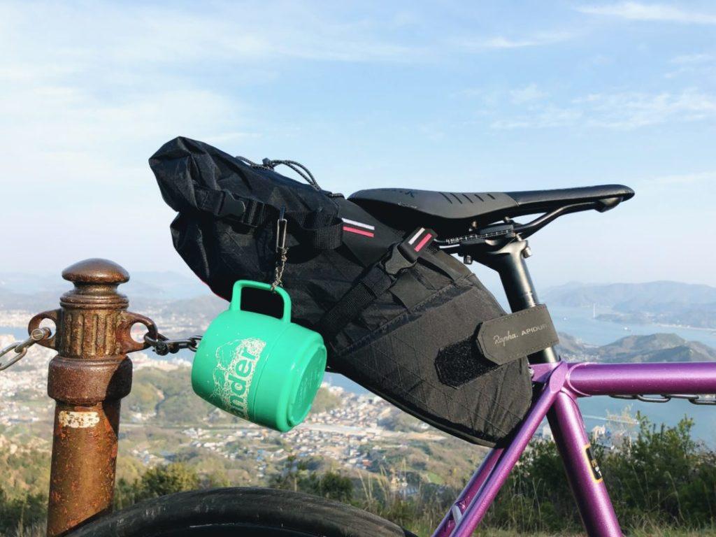 自転車のサドルバッグにカップがぶら下っている
