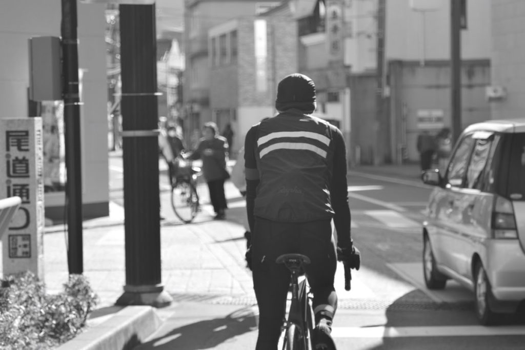 サイクリングをする人