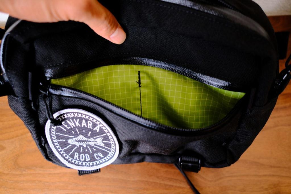 ウエストポーチの表面ポケット