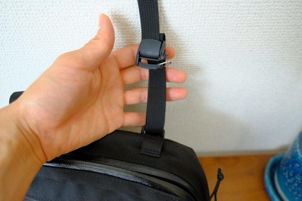 バッグ上部のベルトは簡単に取る事ができる
