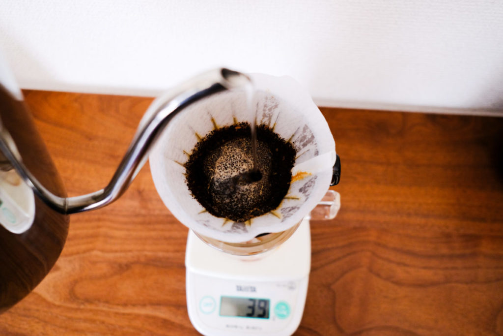 ドリップ式のコーヒーを淹れている
