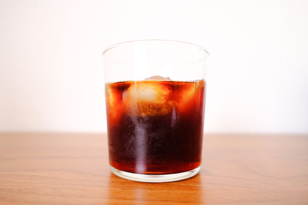 お気に入りのカップにコーヒーを淹れている