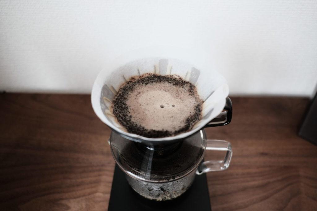 ドリップコーヒーを淹れている
