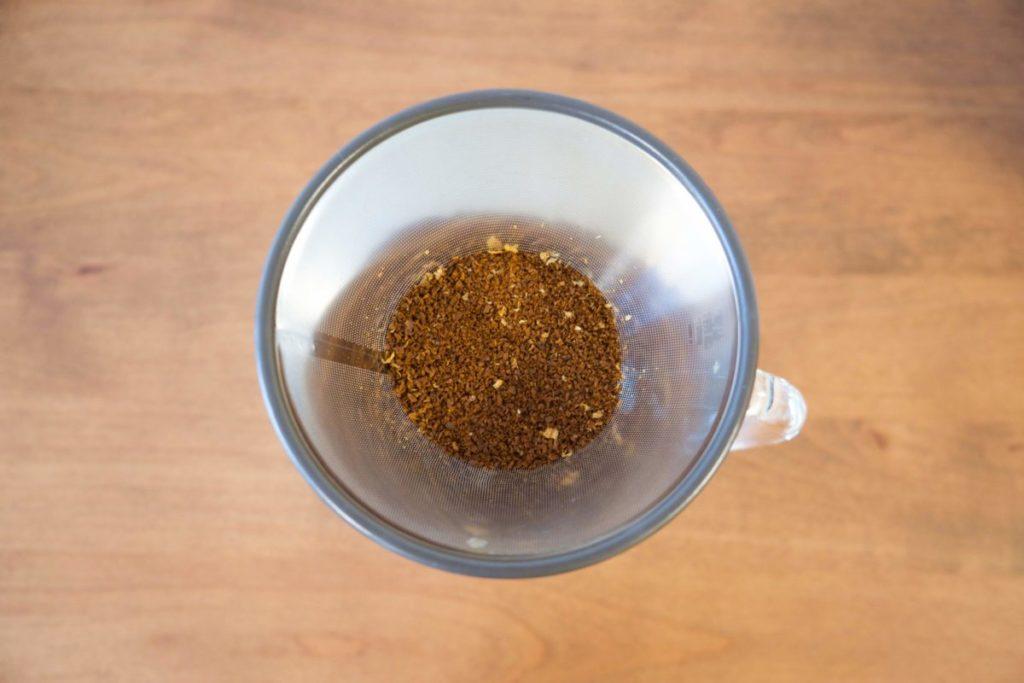ステンレスフィルターにコーヒー豆を入れる