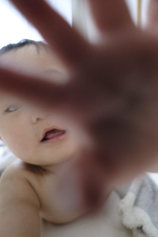カメラに近づく息子