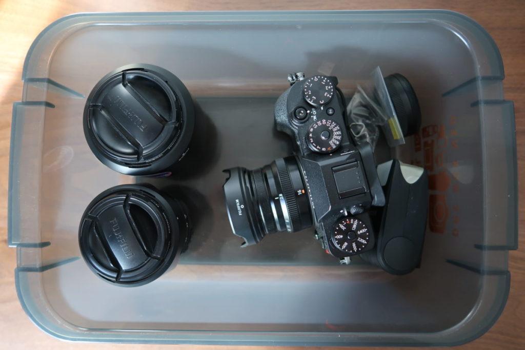 簡易ドライボックスにカメラとレンズを入れている