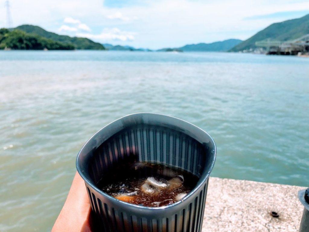 屋外で淹れたアイスコーヒー