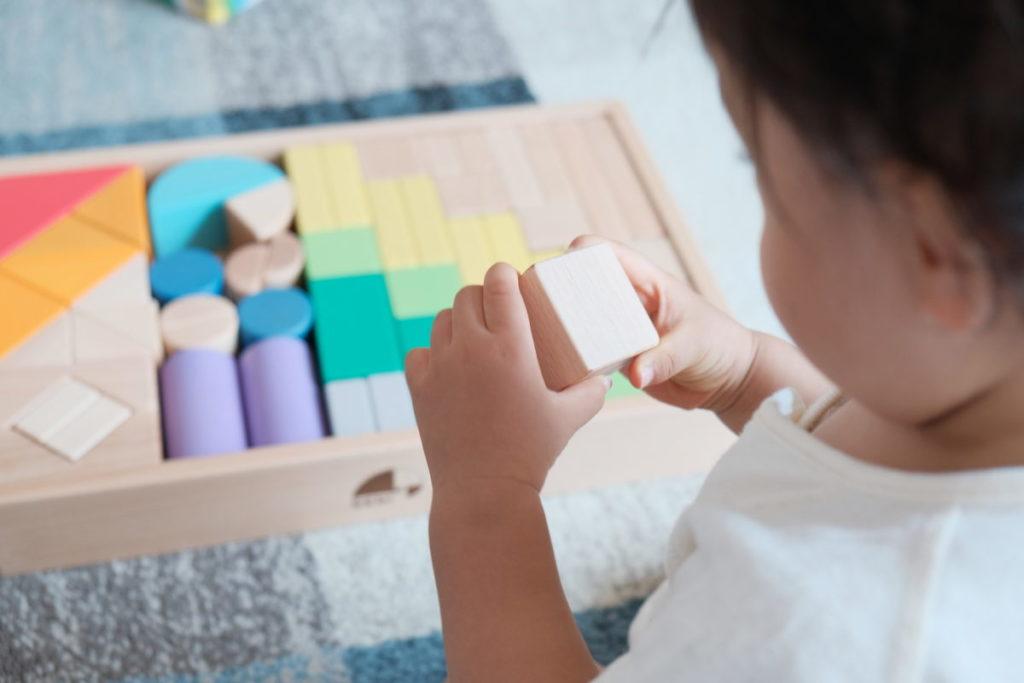 積み木で遊ぶ赤ちゃんの画像