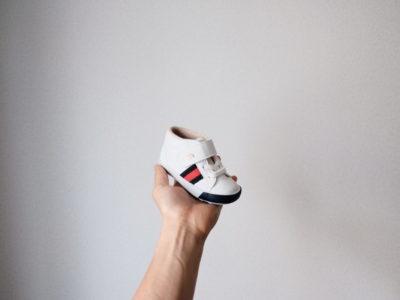 ムーンスターの靴を持っている画像