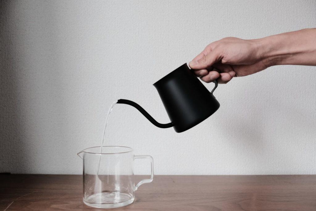 HARIO ミニドリップケトルで水を注ぐ画像