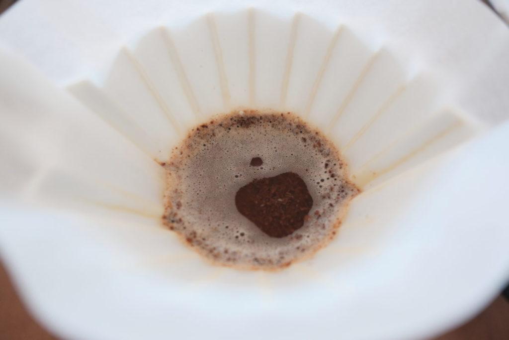 ペーパーフィルターでコーヒーを淹れてる画像