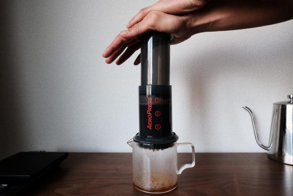 エアロプレスでコーヒーを淹れる画像