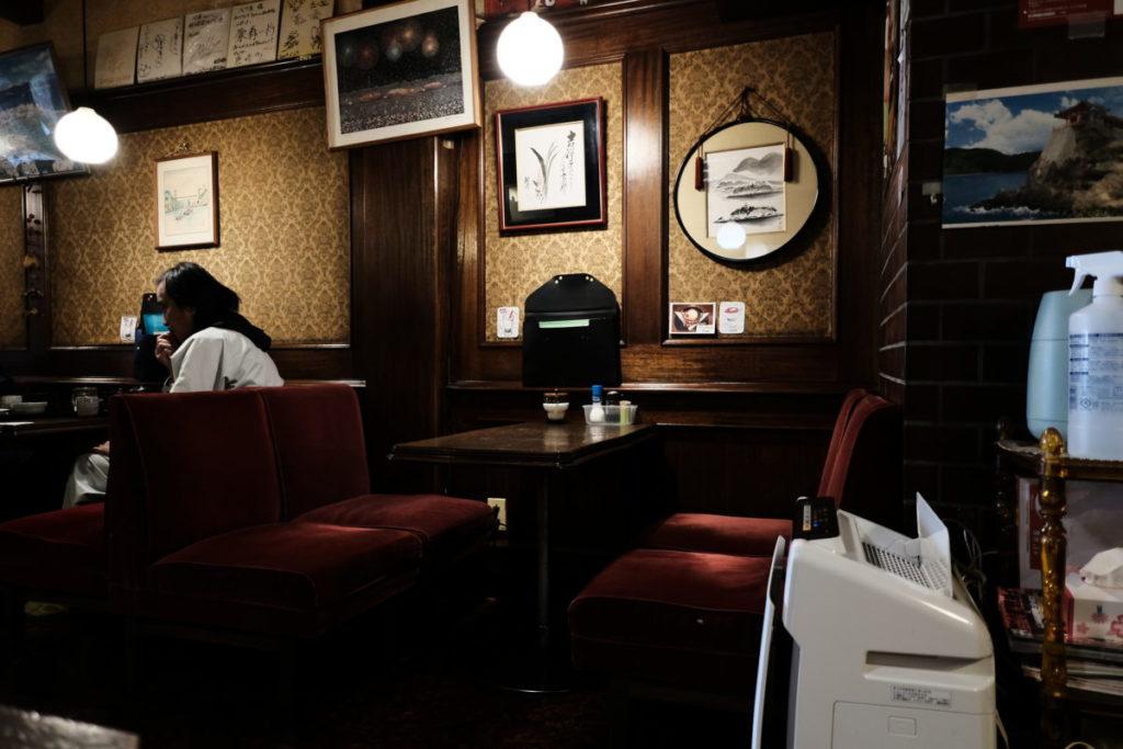 喫茶店「バラ屋」の店内
