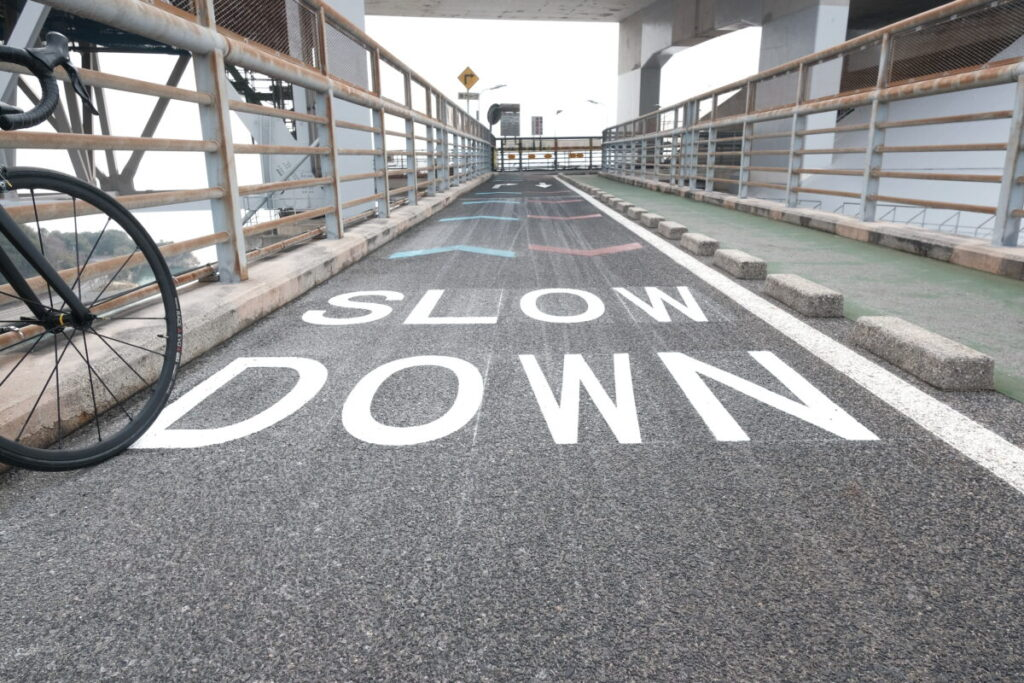 SLOW DOWNとかかれた道路